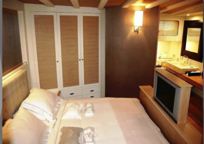 Cabin-en-suite-with-all-the-trims